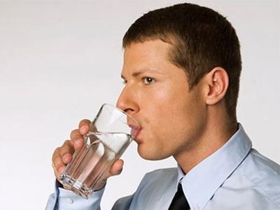 Uống nước ấm trước khi vào cuộc để giai sức